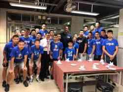 籃球隊與NBA巨星阿郎左 莫寧合照
