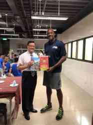 校長與NBA巨星阿郎左 莫寧合照